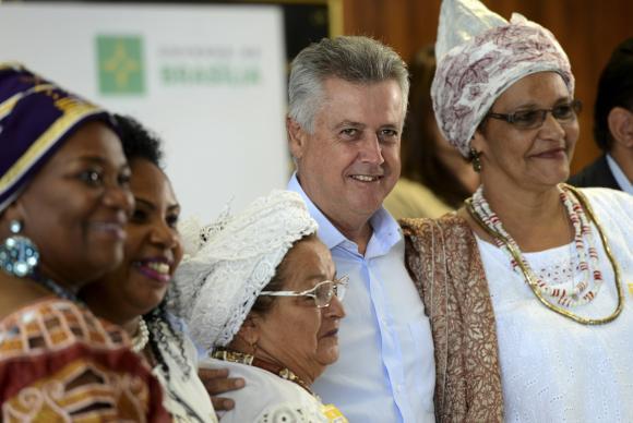 O governador Rodrigo Rollemberg, entre representantes de religiões de matriz africana Elza Fiúza/Agência Brasil