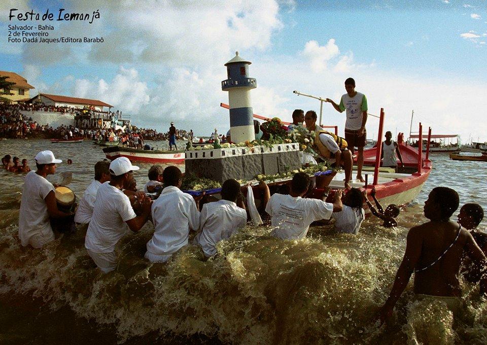 Foto da Festa de Iemanjá no Rio Vermelho - 2 de Fevereiro  Foto de Dadá Jaques/ Barabô Editora